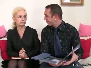 Ze sucks en fucks two cocks bij baan interview
