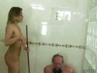 Підліток punishing дідусь
